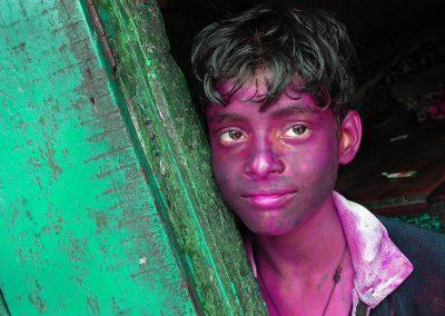 Chłopiec z twarzą kolorową od farb